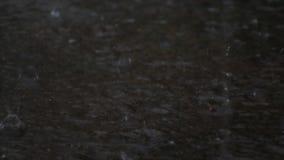 Zware regen op de cementvloer stock video