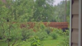 Zware regen op een achtergrond van een muur stock video