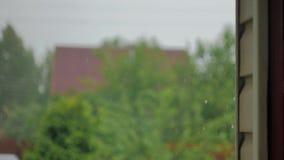 Zware regen op een achtergrond van een muur stock videobeelden