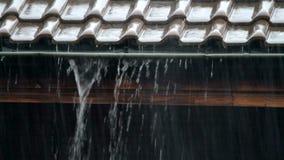 Zware regen op een dak stock videobeelden