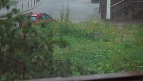 Zware regen in woonwijk, super langzaam motieschot stock video