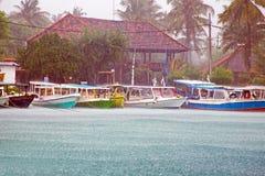 Zware regendaling tijdens de moesson op Gili Meno-eiland in Indone royalty-vrije stock fotografie