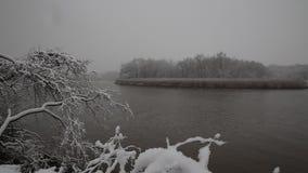 Zware sneeuw op de rivier De winterweer stock video