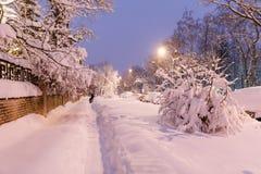 Zware sneeuwval in Moskou huizen en straten tijdens blizzard Stock Foto