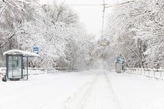 Zware sneeuwval in Moskou Snow-covered wegen en gevallen bomen tijdens een sneeuwval Instorting van openbaar vervoer Stock Afbeelding