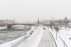 Zware sneeuwval in Moskou Snow-covered wegen en Zaryadye-Park met een mening van het Kremlin en Bolshoy Moskvoretsky Stock Afbeelding