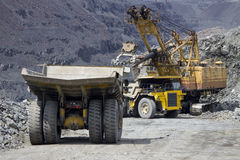 Zware stortplaatsvrachtwagens bij de ladingsrij Royalty-vrije Stock Afbeeldingen