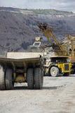 Zware stortplaatsvrachtwagens bij de ladingsrij Stock Afbeeldingen