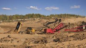 Zware stortplaatsvrachtwagens die in het steengroevezand werken stock video
