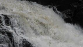 Zware stroomversnellingstroomversnelling Waterdalingen De rivier van de berg stock videobeelden
