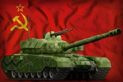 Zware tank met pixel boscamouflage op de Sovjetunie SSSR, nationale de vlagachtergrond van de USSR 9 Mei, het concept van de Over Royalty-vrije Stock Afbeeldingen