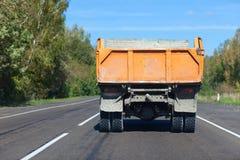 Zware vrachtwagen op rechte weg Stock Foto's
