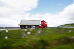 Zware vrachtwagen op weg stock fotografie