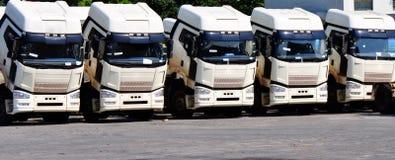 Zware vrachtwagens in rij Royalty-vrije Stock Afbeelding