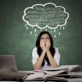 Zware vrouwelijke student die haar problemen denken stock afbeelding