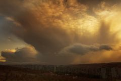 Zware wolken onder Moermansk Stock Foto
