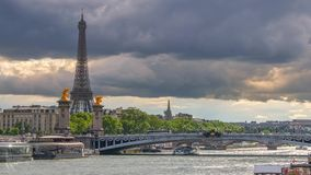 Zware Wolken over Parijs Geschoten op Canon 5D Mark II met Eerste l-Lenzen stock footage