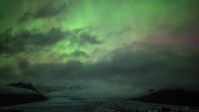 Zware wolkenbeweging in donkere polaire nachthemel als heldere het aurora borealisgloed van neon noordelijke lichten in 4k het sc stock footage