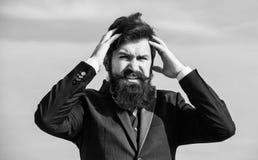 Zware zaken Pijn en migraine Frustratie en teleurstelling Onvergeeflijke fout Zakenman het tonen beduimelt neer Mens stock fotografie