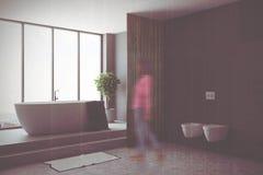 Zwart badkamers, ton en toilettenonduidelijk beeld Stock Fotografie