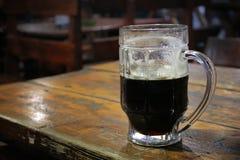 Zwart bier Stock Foto's