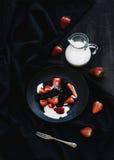 Zwart biscotti en aardbeidessert met snoepje Stock Afbeeldingen