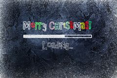 Zwart bord met ladingsbar en Vrolijke die Kerstmis op het wordt getrokken Stock Foto's
