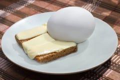 Zwart brood met boter en ei Stock Afbeeldingen