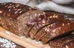 Zwart brood met noten en zonnebloemzaden Stock Afbeeldingen