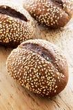 Zwart brood met sesamzaden op een houten achtergrond Royalty-vrije Stock Afbeelding