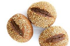 Zwart brood met sesamzaden op a op witte achtergrond Stock Foto's