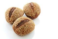 Zwart brood met sesamzaden op a op witte achtergrond Royalty-vrije Stock Afbeeldingen