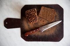 zwart brood met zonnebloemzaden op scherpe raad Royalty-vrije Stock Afbeelding