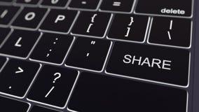 Zwart computertoetsenbord en gloeiende aandeelsleutel Het conceptuele 3d teruggeven Royalty-vrije Stock Afbeeldingen