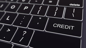 Zwart computertoetsenbord en gloeiende kredietsleutel Het conceptuele 3d teruggeven Stock Foto