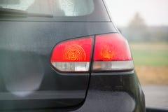 Zwart de auto achterlicht van de sportenvijfdeursauto na de regen coseup royalty-vrije stock afbeelding