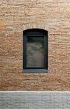 Zwart die aluminiumraamkozijn in de de bouwmuur van rode baksteen wordt gemaakt royalty-vrije stock afbeeldingen