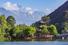 Zwart Dragon Pool met Jade Dragon Snow Mountain op achtergrond - Shigu, Yunnan, China stock afbeeldingen