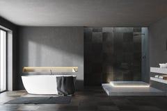 Zwart en betegeld badkamersbinnenland Stock Foto's