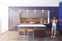 Zwart en blauw modieus keukenbinnenland, vrouw Stock Fotografie