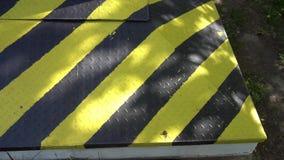 Zwart en geel gevaarswaarschuwingsbord aandacht stock footage