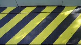 Zwart en geel gevaarswaarschuwingsbord aandacht stock videobeelden