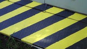 Zwart en geel gevaarswaarschuwingsbord aandacht stock video