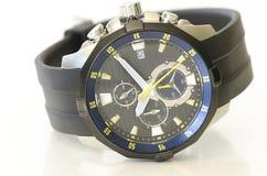 Zwart en marien blauw die man horloge op wit wordt geïsoleerd Stock Foto's