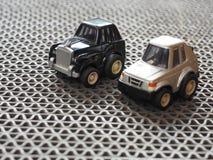 Zwart en metaalstuk speelgoed parkeerterrein op ruwe vloer Stock Foto's
