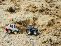Zwart en metaalstuk speelgoed parkeerterrein in zandbak Royalty-vrije Stock Fotografie