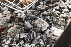 Zwart en rood, grijs houtskoolhout stock afbeeldingen