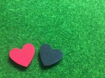 Zwart en rood hart op groene achtergrond Royalty-vrije Stock Fotografie