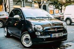 Zwart Fiat 500 Auto die op Straat wordt geparkeerd stock foto's