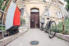 Zwart fietsenrek op slot bij de omheining van het grungemetaal Europese Straat Moderne fiets hoge ingangsdeur royalty-vrije stock fotografie